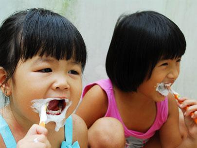 Trẻ tự đánh răng